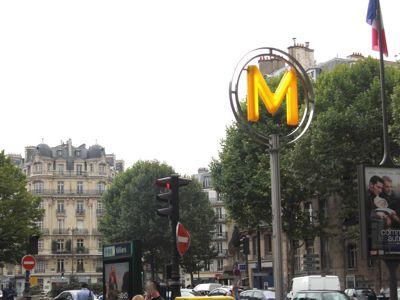 黄色い「M」のメトロ入口サインパリ観光 メイン コンテンツ  西洋美術史についてフランスパリ観光情報